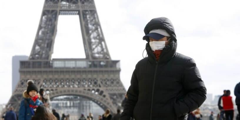 Illustration d'un homme portant un masque chirurgical devant la tour Eiffel