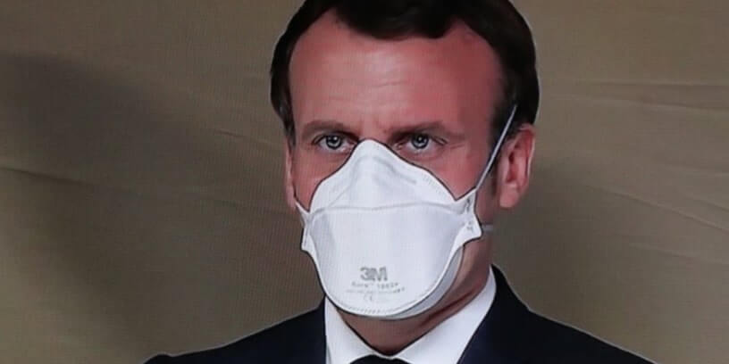 Emmanuel Macron avec un masque de protection, lors d'un déplacement dans un hôpital militaire de campagne installé à Mulhouse, le 25 mars 2020