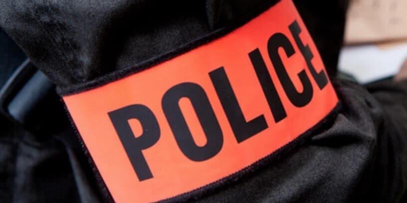Un brassard de police