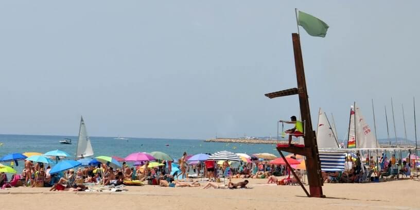 Des touristes en vacances à la plage