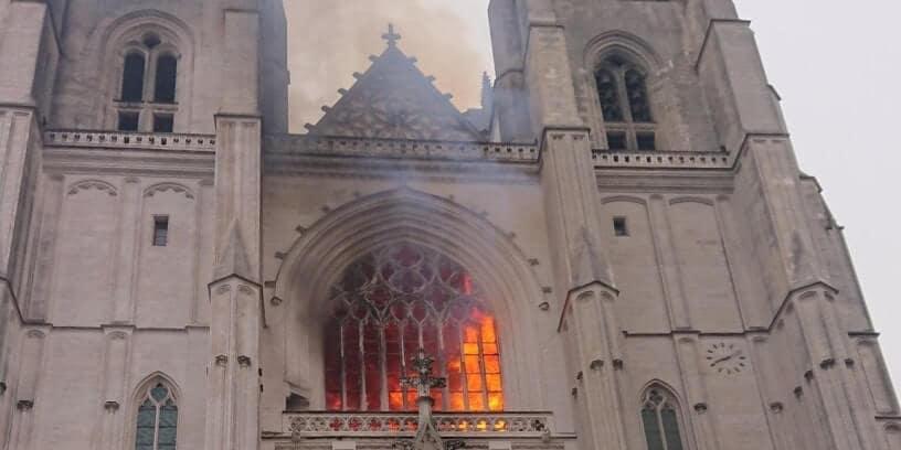 La cathédrale de Nantes pendant l'incendie du 18 juillet 2020