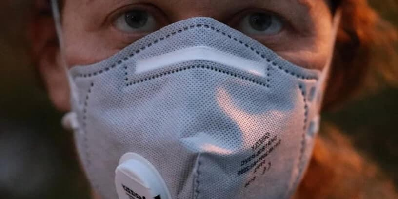 Une femme portant un masque