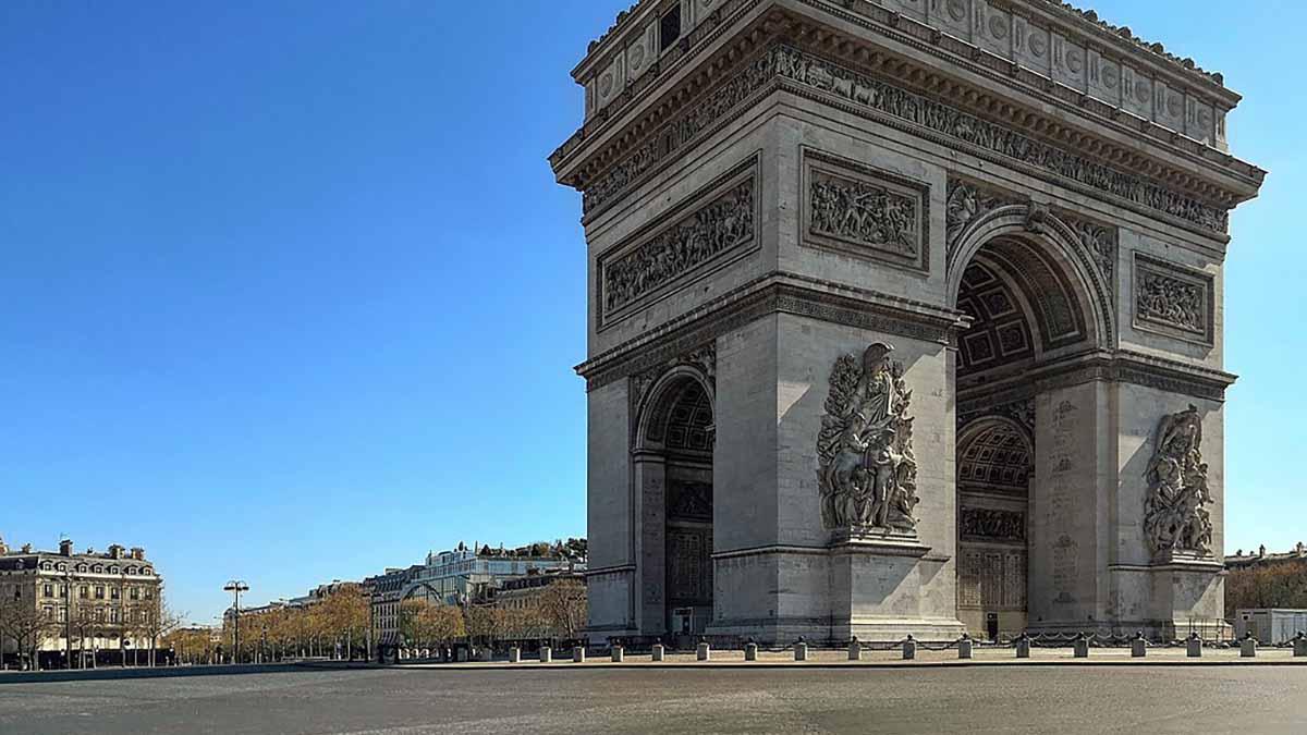 La place de l'Etoile à Paris, vide pendant le confinement